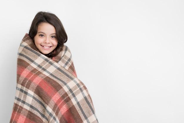 Wintersaisonkleidung mit kleinem mädchen