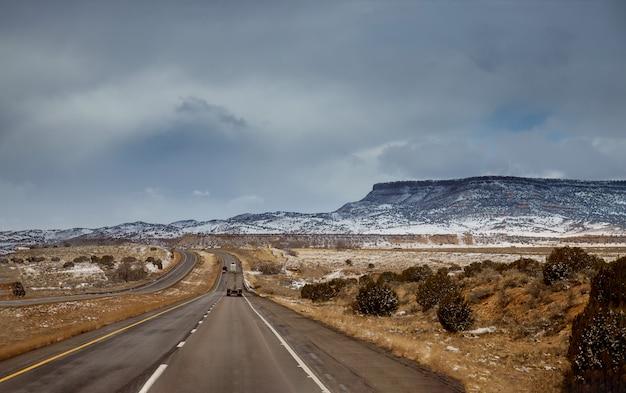 Winterschnee bedeckt die wüste von tucson, arizona