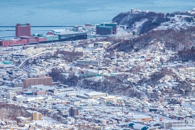 Winterschneelandschaftsansicht in otaru city, hokkaido, japan