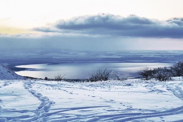 Wintersee im nordkaukasus stawropol gebiet russland
