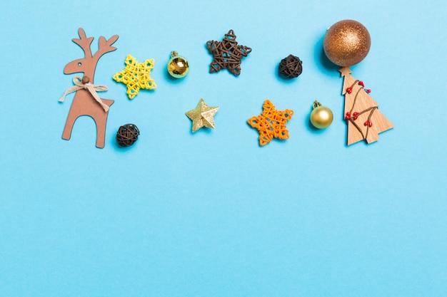 Winterset aus weihnachtskugeln und verschiedenen dekorationen
