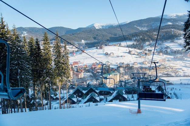 Winterskigebiet in den bergen an einem sonnigen morgen