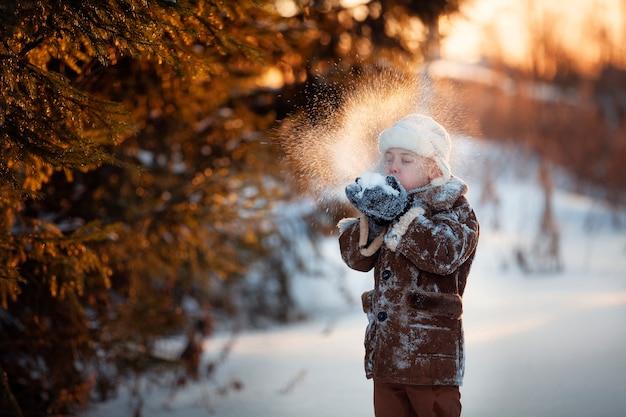 Winterspaßbrüder spielen im schnee und machen einen schneemann