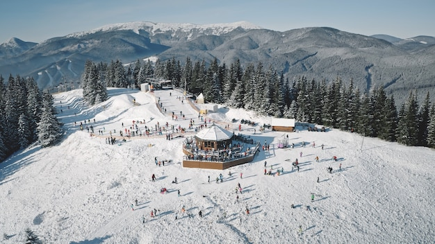 Wintersportort mit skipiste antenne schnee berg natur landschaft touristen extremsport und