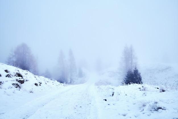Wintersturm in der nähe von bergen von belluno