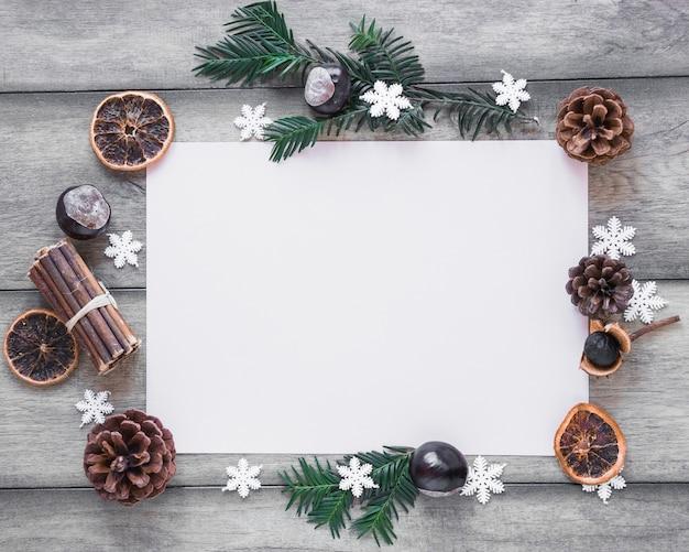 Wintersymbole um papierblatt