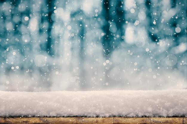 Winterweihnachtshintergrund mit schnee auf dem baum