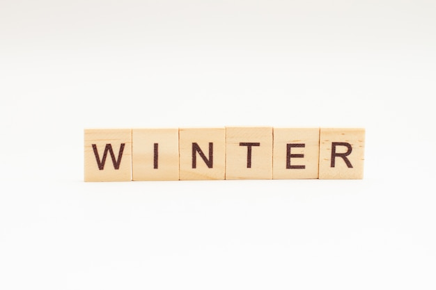 Winterwörter auf holzklötzen isoliert