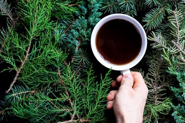 Winterwohnung lag mit tasse tee an weihnachten und neujahr.