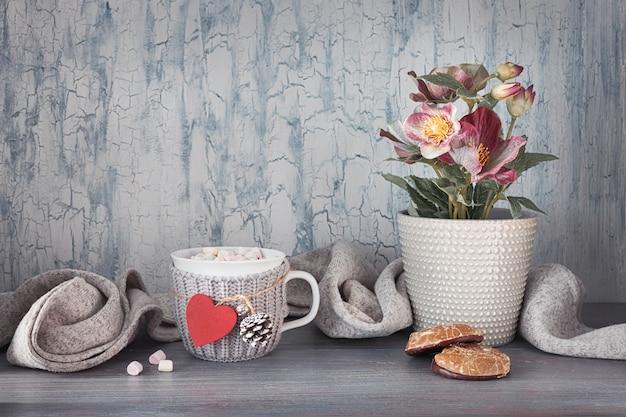 Winterzeit, heiße schokolade mit marshallows, anemonenblüten, herz- und winterdekorationen