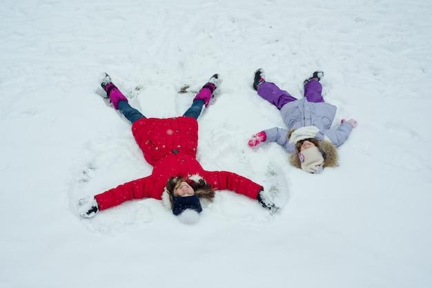 Winterzeit, kinder, die spaß im schnee, draufsicht haben