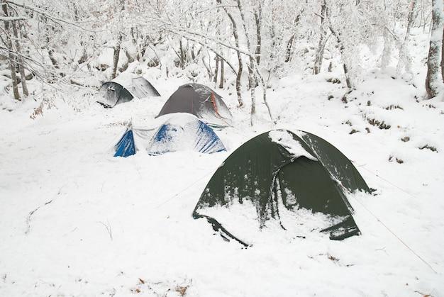 Winterzeltlager im schneewald