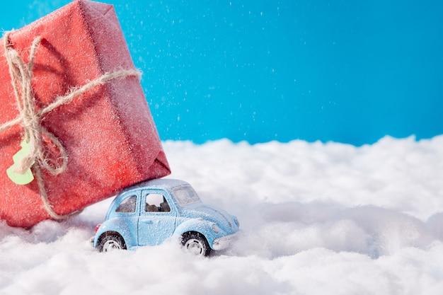 Winzige blaue autos und weihnachtsgeschenk
