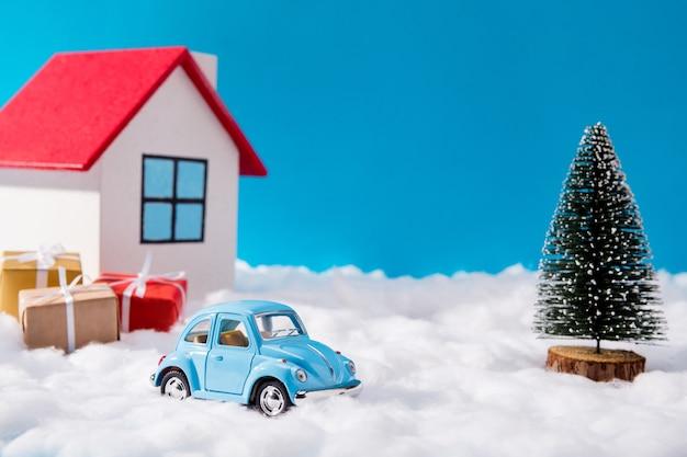 Winzige blaue autos und weihnachtsgeschenke