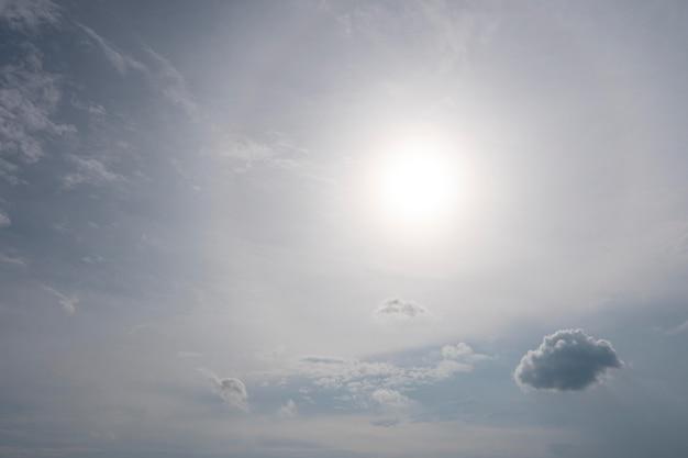 Winzige wolke und sonne am himmel