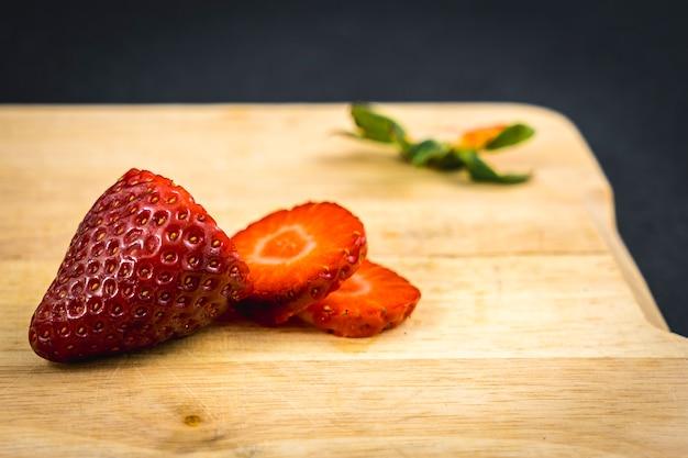 Wir beginnen mit dem schneiden einer erdbeere, einem rezept für hausgemachte erdbeeren