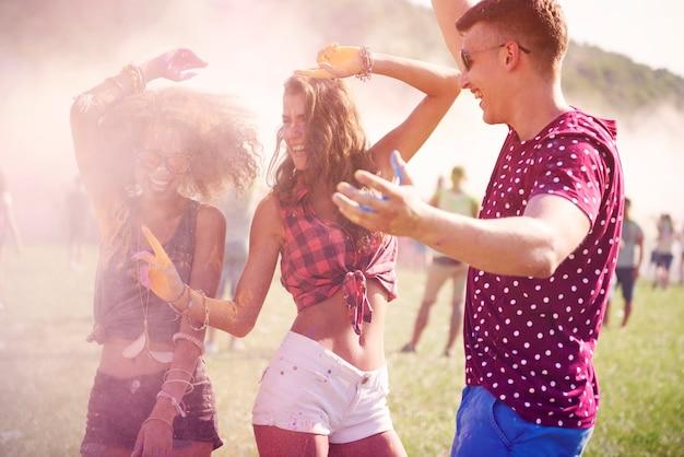 Wir lieben es, eine party im freien abzuhalten