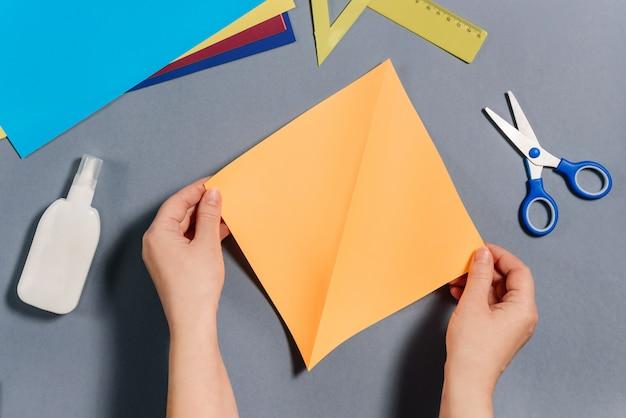 Wir machen einen fisch aus farbigem papier. schritt 2
