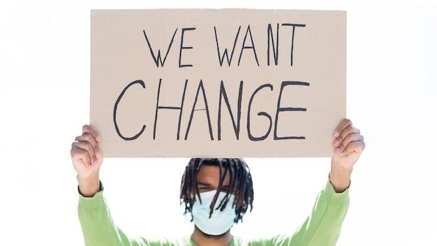 Wir möchten ein änderungsangebot auf karton, das von jungen menschen gehalten wird