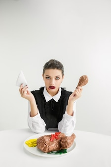 Wir sind was wir essen. frau isst plastiknahrung, öko-konzept