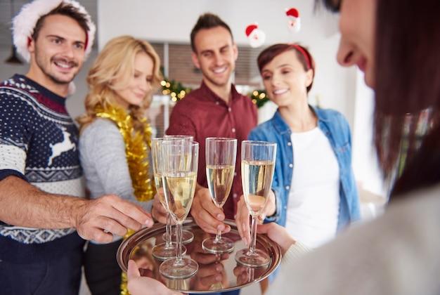Wir wollen einen toast für ein besseres neues jahr machen