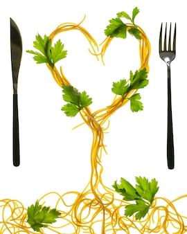 Wirbel von gekochten spaghetti mit gabel. spaghetti-herzform.