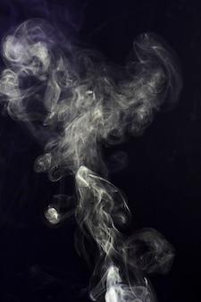 Wirbeln des weißen rauches auf schwarzem hintergrund