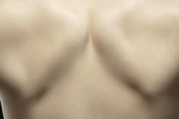 Wirbelsäule. detaillierte textur der menschlichen haut. schuss des jungen kaukasischen weiblichen körpers hautnah.