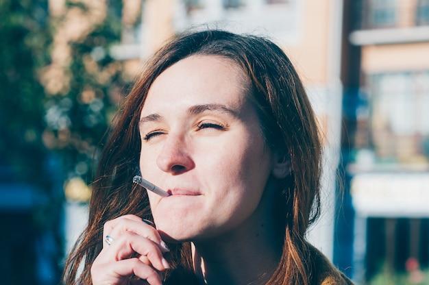 Wirklich süße frau raucht eine zigarette