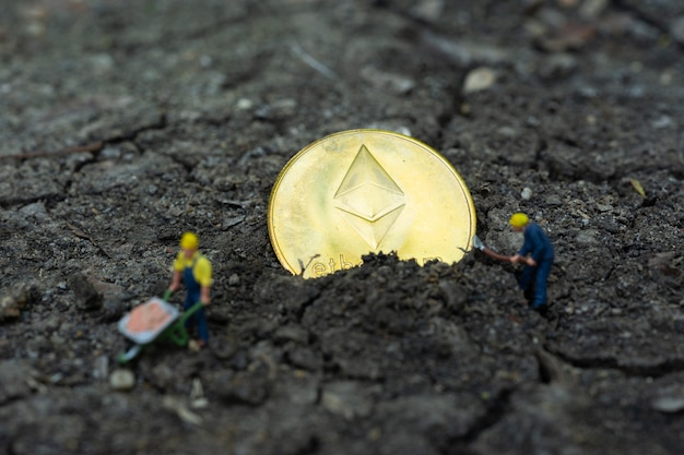 Wirtschaft und finanzen, bergleute, die in der bitcoin-mine arbeiten. bit-münzen-kryptowährung, bankwesen, geldtransfer, geschäftstechnologie