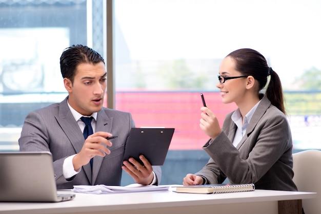 Wirtschaftler, die diskussion im büro haben