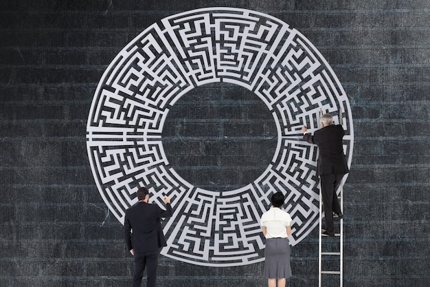 Wirtschaftler, die ein labyrinth zu lösen