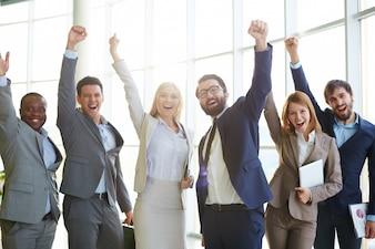 Wirtschaftler, die Erfolg feiern