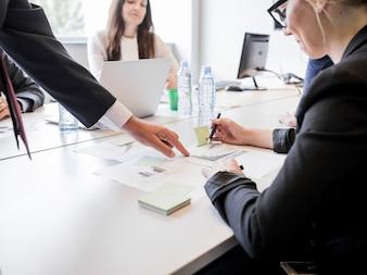 Wirtschaftler, die mit Papierdiagrammdiagrammanalysegeschäfts-Marketingplan arbeiten