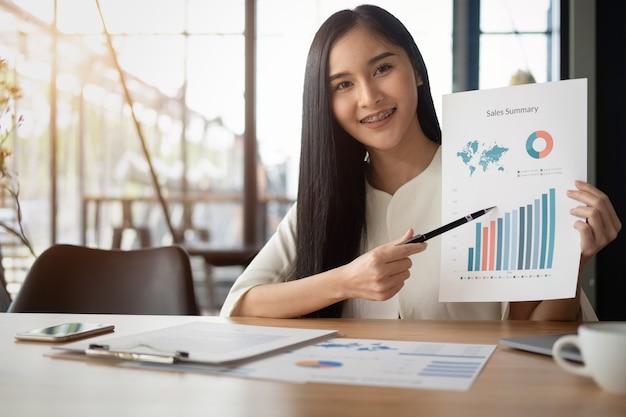 Wirtschaftler, die neues planprojekt im büro mit dokument, geschäftskonzept bearbeiten und besprechen