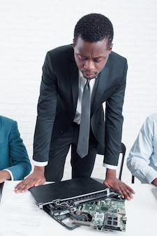 Wirtschaftsführer besorgt, weil laptop kaputt ist