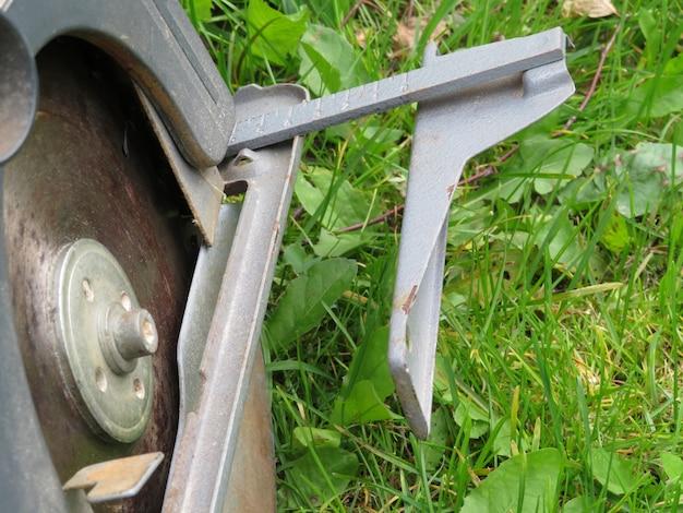 Wirtschaftsingenieur, der am schneiden eines metalls und stahls mit einer gehrungssäge mit scharfen arbeitet