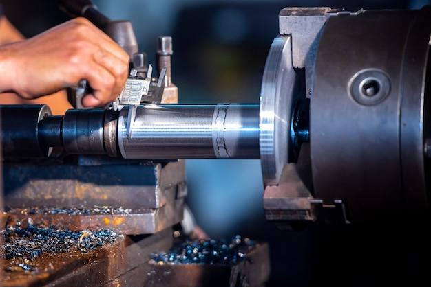 Wirtschaftsingenieurwesen, tragen von sicherheitskleidung, verwenden von messschiebern, messinstrumenten, steuern von objekten, die in industrieanlagen arbeiten, geschäft, drehwerkstatt