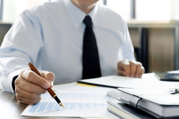 Wirtschaftsprüfer oder finanzinspektor, der an geschäftsbericht arbeitet