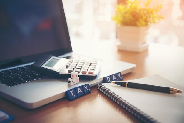 Wirtschaftsrechner und jahresbericht auf dem desktop