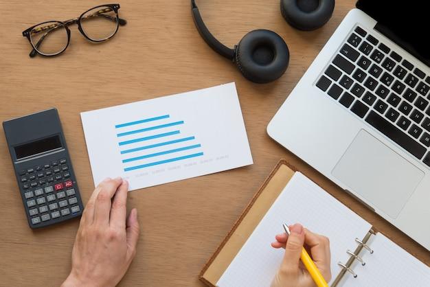 Wirtschaftswissenschaftler arbeitet mit analysepapieren