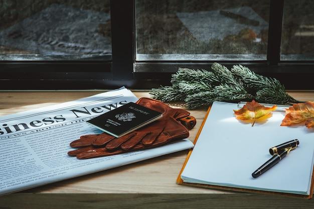 Wirtschaftszeitung, sitzungsdokumente auf hölzerner tabelle.