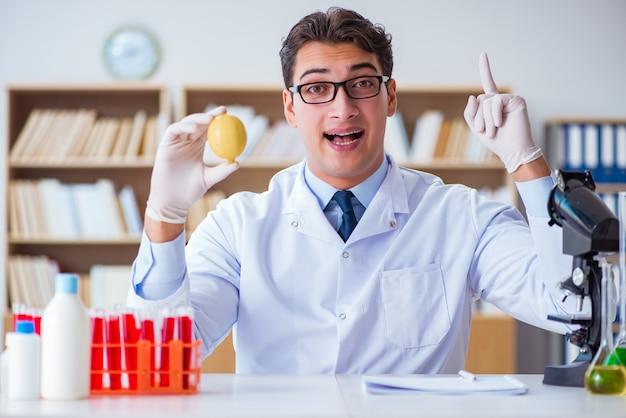 Wissenschaftler arbeiten an bio-obst und gemüse