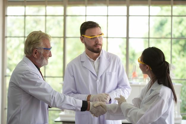 Wissenschaftler arbeiten in wissenschaftlichen laboren.