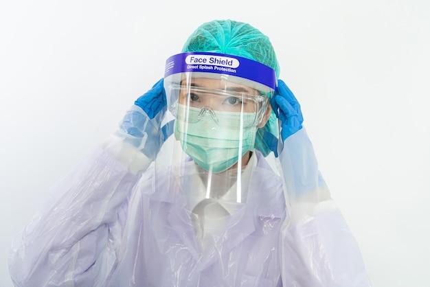 Wissenschaftler arzt trägt gesichtsmaske, brille oder schutzbrille und schutzanzug zur bekämpfung der coronavirus-pandemie covid-19, coronavirus-pandemie-bedrohung quarantäne, medizin- und gesundheitskonzept.