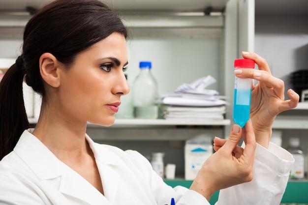 Wissenschaftler bei der arbeit in einem labor