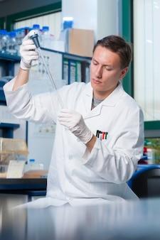 Wissenschaftler bei der arbeit, männlicher europäischer junger männlicher techniker, student oder forscher.