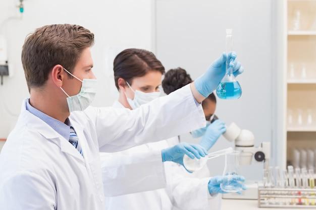 Wissenschaftler betrachten ausfällungen