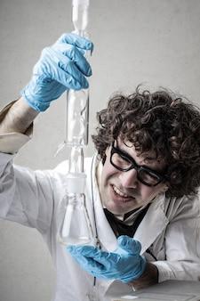 Wissenschaftler, der an einem experiment arbeitet