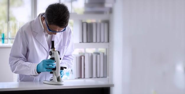 Wissenschaftler, der durch mikroskopietechnik im labor erforscht